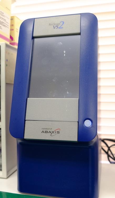 血液生化学検査器(ベトスキャン)。ハムスターや小鳥などのわずかな血液で多くの検査項目を測る事ができます。